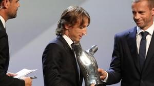 Modric recibió el trofeo al mejor futbolista de la temporada 17/18 de la UEFA