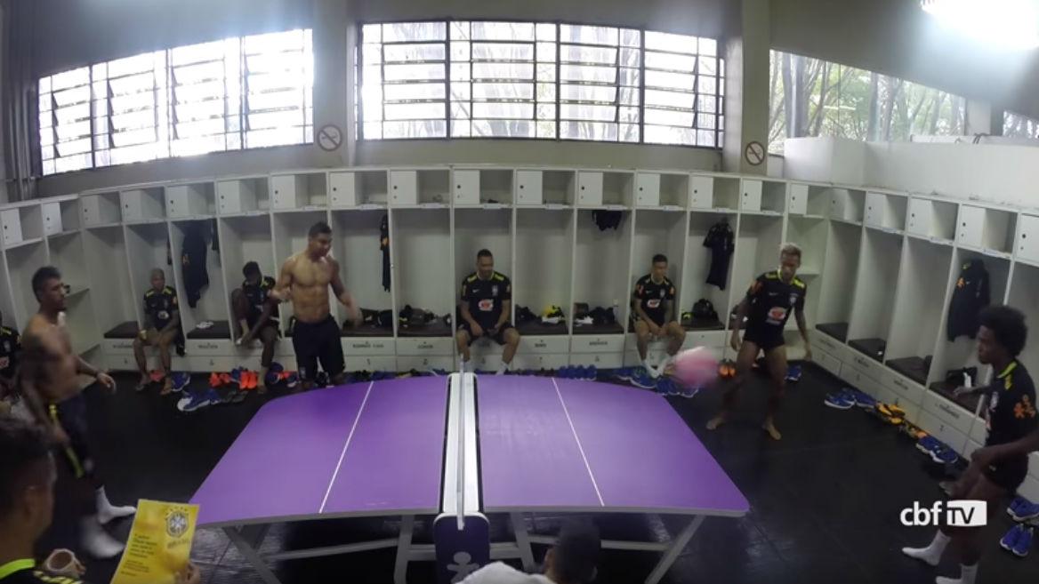 Neymar y sus compañeros se divierten jugando al futmesa