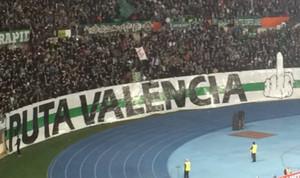 Pancarta mostrada por la afición radical del Rapid de Viena.