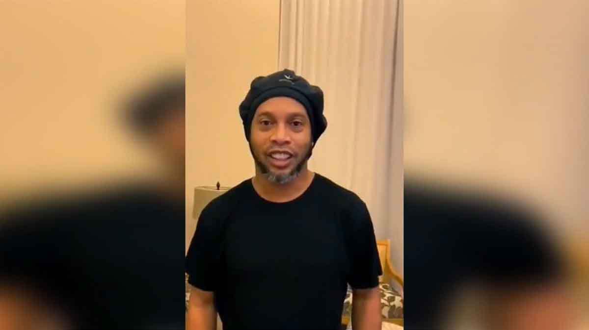 Ronaldinho reaparece en Twitter tras ser preso con saludo a jeque del Almería