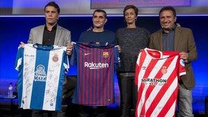 Rubi, Valverde y Eusebio, junto a una de las hijas de Cruyff, Susila