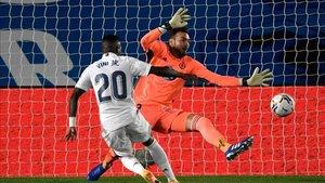 Vinicius supera la estirada de Roberto en el gol del Madrid