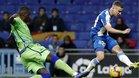 Adrià Pedrosa en un lance con William Carvalho durante un Espanyol-Betis