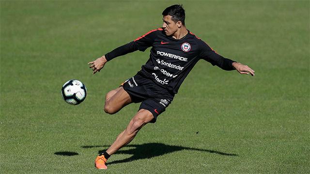 Alexis Sánchez entrena con balón en la preparación contra Japón