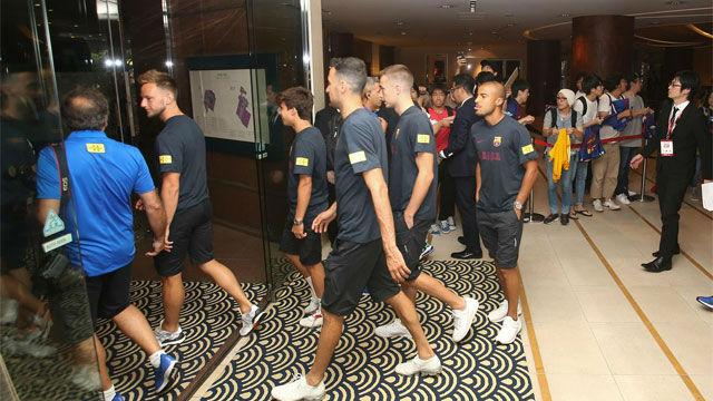 Así salían los jugadores del Barça del hotel rumbo al acto de presentación de Rakuten