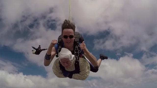 ¿Te atreverías con su edad? Con 102 años, sorprende al mundo al romper el récord de paracaidismo