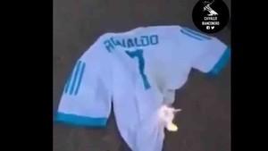 Captura del vídeo donde queman la camiseta del Real Madrid con el 7 a la espalda