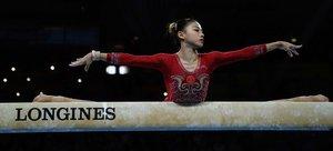 La china Li Shijia se presenta en el piso durante la final del equipo femenino en el Campeonato Mundial de Gimnasia Artística FIG en el Hanns-Martin-Schleyer-Halle en Stuttgart, sur de Alemania.