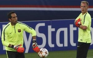 Claudio Bravo y Marc-André Ter Stegen en el calentamiento del PSG-Barça de los cuartos de final de la Champions 2014-15 en el Parque de los Príncipes de París