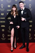 El futbolista polaco del Bayern Munich Robert Lewandowski y su esposa Anne Lewandowska llegan a la gala del Balon de Oro France Football 2019 en el Chatelet Theatre en Paris.