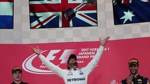 Hamilton , en el podio de Suzuka