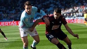 Hugo Mallo lucha con José Ángel por la posesión del esférico