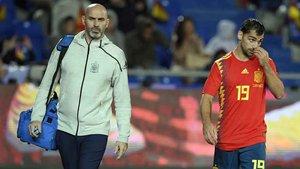 Jonny Otto, camino de los vestuarios tras la lesión que ha sufrido en el España-Bosnia (1-0)