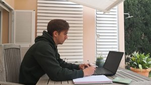 El juvenil Josep Jaume, como muchos de sus compañeros, avanza con los estudios en estos días de confinamiento