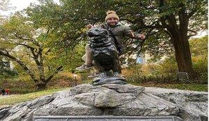 Kiko Rivera se sube a una estatua de Nueva York y las redes arden