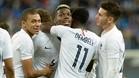 Los franceses abrazan a Pogba tras su gol