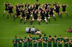 Los jugadores de Nueva Zelanda interpreta el haka antes del partido ante Sudafrica del Mundial de Rugby 2019 disputado en el International Stadium Yokohama ein Yokohama.