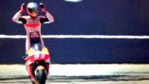 Márquez, en el momento de cruzar bajo la bandera a cuadros