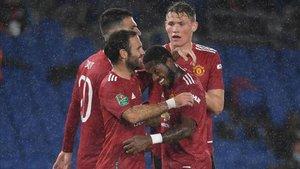 Mata celebra el gol con sus compañeros