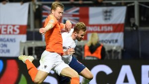 Matthijs de Ligt disputa un balón con el inglés Harry Kane en la pasada UEFA Nations League