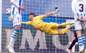 El portero argentino de la Real Sociedad Gerónimo Rulli (c), durante el partido de la trigésimo segunda jornada de LaLiga Santander que Real Sociedad y Eibar disputan esta tarde en el Estadio Municipal de Anoeta, en San Sebastián.