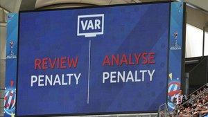 Revisión en el VAR sobre un posible penalti