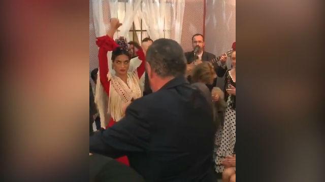 Rocío Crusset baila con el traje de sevillana