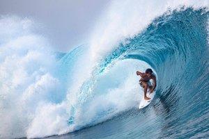 El surfista tahitiano Matahi Drollet compite en el primer día del Tahiti Pro 2019 en Teahupoo, Tahití.