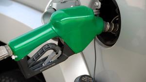 Vehículo llenando su depósito de combustible
