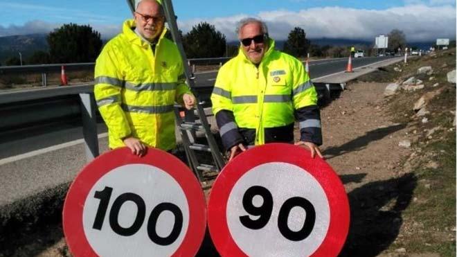 El director general de Carreteras, Javier Herrero, y el de Tráfico, Pere Navarro, cambian una señal de 90 km/h