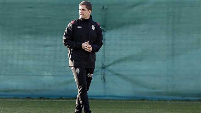 Robert Moreno sale en defensa de Cesc Fàbregas