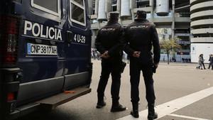 Agentes del Cuerpo de Policía Nacional en los alrededores del estadio Santiago Bernabéu antes de la disputa de un Real Madrid-Barça