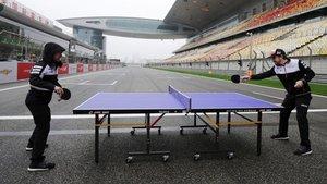 Alonso, jugando a tenis de mesa con Nakajima en plena recta de meta del circuito de Shanghai