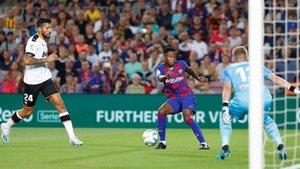 Ansu Fati encara a Jasper Cillessen en el Barça-Valencia de la Liga 2019-20