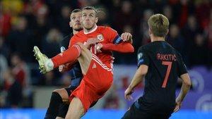 Bale pugna por un balón con Ivan Rakitic