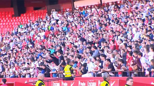 Baño de masas en el último entrenamiento del Sevilla antes de medirse al Betis