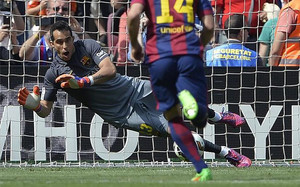 Claudio Bravo detuvo un penalti decisivo en la visita del Valencia