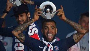 Dani Alves aún no ha renovado con el PSG