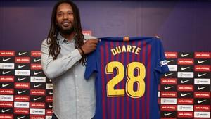 Duarte sonríe en su presentacion como jugador azulgrana