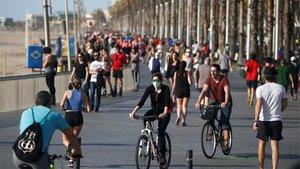 Gente paseando en Barcelona