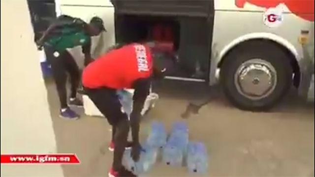 No hay un jugador más humilde que Mané: vean el gesto que tiene con el utillero de Senegal
