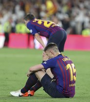 Imágenes de la decepción de los jugadores del FC Barcelona tras perder la Final de Copa del Rey ante el Valencia en el estadio Benito Villamarín, Sevilla.