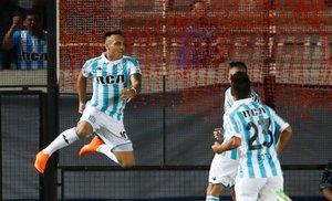 Lautaro Martinez (i) de Racing celebra tras anotar un gol contra Cruzeiro durante un partido de la Copa Libertadores el 27 de febrero de 2018. Marcó 27 goles con Racing Avellaneda.