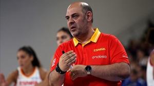 Lucas Mondelo, entrenador de la selección femenina de baloncesto