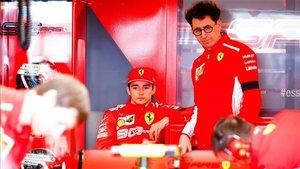 Mattia Binotto y Charles Leclerc observando el Ferrari