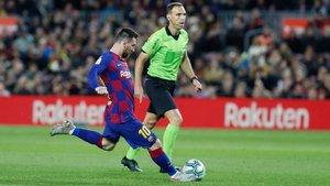 Messi tiene un guante en el pie izquierdo