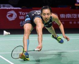 Michelle Li, de Canadá, regresa contra Chen Yufei, de China, durante su partido de semifinales de individuales femeninas en el torneo de bádminton Fuzhou China Open en Fuzhou, en la provincia oriental china de Fujian.