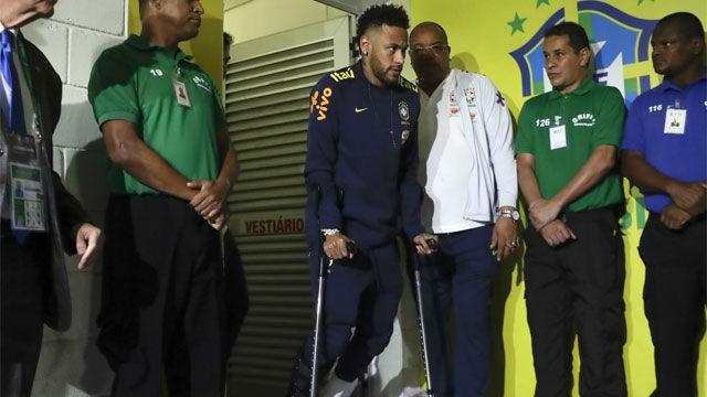Neymar sale en muletas del estadio tras lesionarse