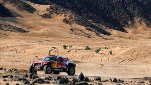 Sainz, en un test previo al inicio del Dakar en Arabia