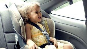 Niña en el coche durante la conducción